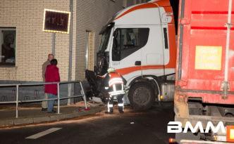 Königswartha: Transporter kollidiert mit LKW und Haus - Patient flüchtet