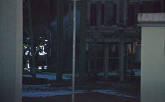 SN / Dresden  Kabelbrand in Umspannwerk Tolkewitz - Stromausfall in mehreren Stadtteilen  Gegen 7 Uhr wurde fie Feuerwehr Dresden zu einem Brand im Umspannwerk Tolkewitz auf der Kipsdorfer Strasse alarmiert.  Hier brannte auch bislang unbekannter Ursache ein Erdkabelanschluss einer 300KW Leitung.  Zunächst konnten die Kameraden nichts unternehmen, weil sie erst auf die Freigabe und Abschaltung der DREWAG warten mussten.  Der betreffende Kabelanschluss war dann schnell gelöst, jedoch hatte das Feuer schon großen Schaden an selbigem angerichte.  Durch die Notabschaltung kam es in mehreren Stadtteilen zu Stromausfällen; so fielen am Schillerplatz alle Ampeln aus und die Standseilbahn blib mit Fahrgästen   auf halbem Wege stehen.  Nach kurzer Zeit erfolgte aber eine Netzumschaltung und der Strom war wieder da.  Wie hoch der Schaden nun im Umspannwerk Tolkewitz ist und wie lange die Reparatur dauern wird, müssen nun die Experten der DREWAG feststellen.  Momentan wird von einem technischen Defekt ausgegangen.  **