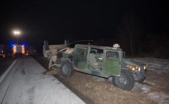 Bautzen: Militärfahrzeug kommt von Straße ab